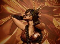 Η Nicki Minaj σαγηνεύει στο video clip του David Guetta «Light My Body Up»